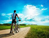 Uomo con una moto sullo sfondo della splendida natura — Foto Stock