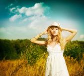 Portret kobiety blondynka w lato łąka — Zdjęcie stockowe