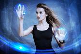 Vrouw met behulp van virtuele scherm — Stockfoto