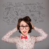 Zabawny zdziwienie hipster dziewczyna z wielu pomysłów — Zdjęcie stockowe