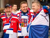 Minsk, tifosi cechi bielorussia - 11 maggio - davanti all'arena di chizhovka il 11 maggio 2014 in bielorussia. campionato di hockey su ghiaccio. — Foto Stock