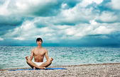 Man Doing Yoga near the Sea — 图库照片