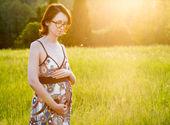Joven embarazada paseando por el parque — Foto de Stock