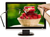 Man is viewing to strawberries on display — Stock Photo