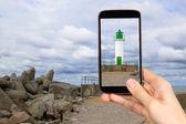 Man is taking photo of lighthouse — ストック写真