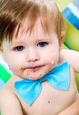 Criança está comemorando seu primeiro aniversário — Fotografia Stock