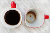 Two coffee mug, one empty, one full of coffee — Stock Photo