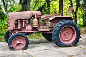 Old abandoned rusting soviet caterpillar tractor — Stock Photo