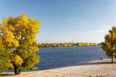 河秋季风景与明亮的蓝天 — 图库照片
