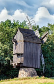 Staré dřevěné tradiční ukrajinské větrný mlýn — Stock fotografie