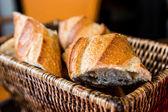 Bröd i korg — Stockfoto