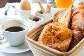 Café et croissants — Photo