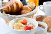 Kaffee und croissants — Stockfoto
