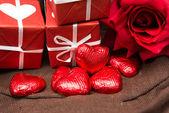 çikolata, hediye kutusu ve çiçekler — Stok fotoğraf