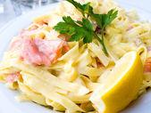 Chutné těstoviny s lososem — Stock fotografie
