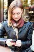 Jeune femme qui a lu par téléphone — Photo