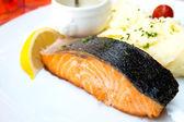 Limão e salmão grelhado — Foto Stock