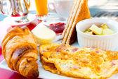Portakal suyu ile kahvaltı — Stok fotoğraf