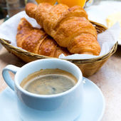 Café et croissants — Photo