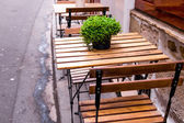 Street view of a coffee terrace with tables and chairs — Stok fotoğraf