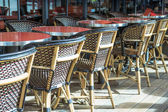 Street view of a coffee terrace with tables and chairs — ストック写真