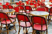 Strassenansicht eine Kaffee-Terrasse mit Tischen und Stühlen — Stockfoto