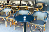 Street view of a coffee terrace with tables and chairs — Stock fotografie