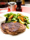Carne di manzo succosa bistecca — Foto Stock