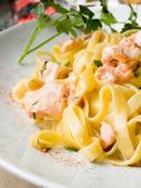 Välsmakande pasta med lax — Stockfoto