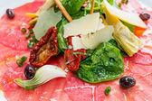 Mięso świeże plasterki surowej wołowiny — Zdjęcie stockowe