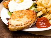 Francuskie tosty kanapka - croque madame — Zdjęcie stockowe