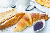 Snídaně s kávou a croissanty — Stock fotografie