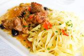 Piatto di pasta e carne di maiale — Foto Stock
