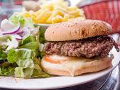 Amerikaanse kaas hamburger met verse salade — Stockfoto