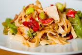 Comida asiática fideos fritos — Foto de Stock