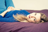 Woman on the bed — Stockfoto
