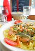 Pasta and smoked salmon with tomato — Стоковое фото