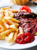 Stek nötkött med tomat och pommes frites — Stockfoto