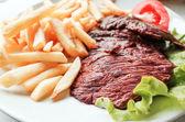 Soczysty stek wołowiny z pomidorami — Zdjęcie stockowe