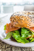 Bagel with fresh salmon and fresh lettuce — Foto Stock