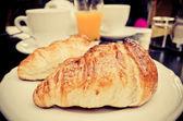 śniadanie z kawy i rogalików — Zdjęcie stockowe