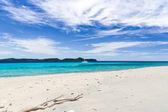 Dzika plaża i katamaran — Zdjęcie stockowe