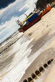 Barca da pesca sulla spiaggia - rewal, polonia. — Foto Stock