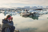 Photographer on coast of Jokulsarlon lagoon - Iceland. — Stock Photo