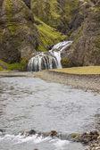 Malým vodopádem poblíž seljalandfoss - island. — Stock fotografie