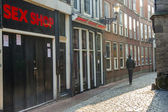 AMSTERDAM, NETHERLANDS - APRIL 22: Man in narrow pathway on apr — 图库照片