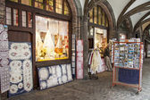 BRUGGE, BELGIUM - APRIL 22:Shops and restaurants around the mark — Стоковое фото
