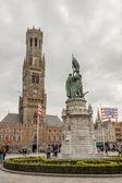 Brugge, Bélgica - 22 de abril: histórico do mercado local (grote markt — Fotografia Stock