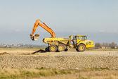 黄色のショベル鉱山でトラックに土壌の読み込み. — ストック写真