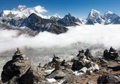 View of everest with stone mans from gokyo ri — Stock Photo